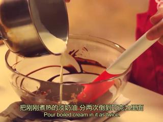 橙香米蛋糕,煮热的淡奶油,分两次倒到巧克力里面,在中心很小的范围搅拌画圈,而且搅拌的动作不能太大,否则容易产生气泡