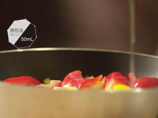最浪漫的情人节特餐 米兰之吻,彩椒切条放入锅中,撒3g盐、3g黑胡椒、50ml橄榄油,在180摄氏度的烤箱中烤15分钟