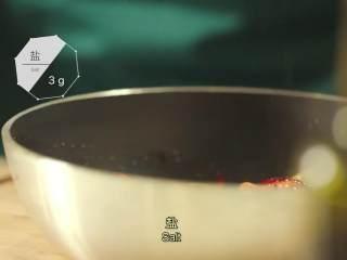 最浪漫的情人节特餐 米兰之吻,彩椒上再撒3g盐、3g胡椒粉搅拌均匀