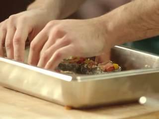 最浪漫的情人节特餐 米兰之吻,烤盘中加50ml橄榄油,放入切好的比萨块。在250摄氏度烤箱中烤25分钟