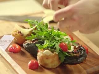 最浪漫的情人节特餐 米兰之吻,摆盘,撒上芝麻菜、小番茄、帕马森干酪、橄榄油、黑醋