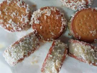 绿豆饼,蛋液一个给半成品挂糊沾上面包糠,中小炸至几秒就可以了,炸的时候火不要太大了边看边炸