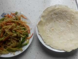 单饼卷菜,把菜夹进饼里……卷起………………开吃!