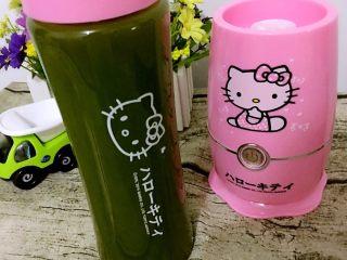 初夏水果季·自制青瓜汁,如图,青瓜汁成片图!加入适量蜂蜜摇匀即可食用啦!