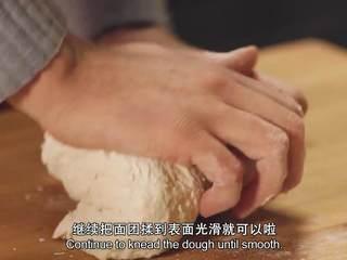 肉桂苹果派,面粉和水混合,加盐,开始和面,一直揉到表面光滑。用干燥的餐补包住面团,在冰箱中冷藏20分钟
