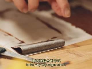 肉桂苹果派,巧克力放在锅中隔水融化,均匀抹在垫着大油纸的方形小油纸上,用叉子划出线,卷起对折,放入冰箱冷藏