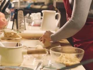 肉桂苹果派,面团撒粉,继续擀制成长方形的面皮,稍作裁剪,放在油纸上继续冷藏20分钟