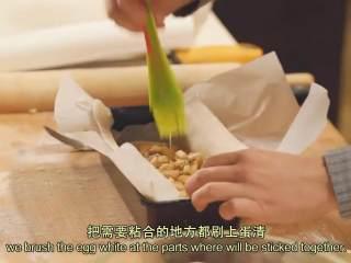 肉桂苹果派,把面皮和油纸一起放入模具,把黄油面包屑铺在底部,加入拌好的苹果馅料,在需要粘合的地方刷上蛋清