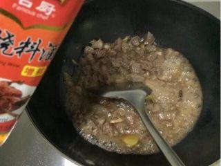 土豆烧牛肉,加入适量料酒翻炒至料酒的水气挥发