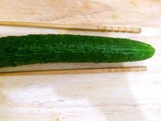 蓑衣黄瓜,黄瓜洗净,去头尾,两边各放一根筷子