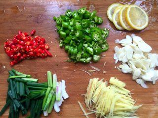 柠檬花甲,姜切丝,大蒜切片,青、红椒切碎,葱切段,柠檬切片