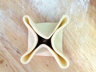 四喜蒸饺,圆皮均分四点向中间靠拢,形成十字花