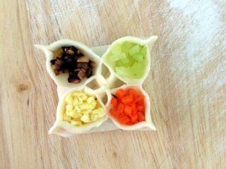 四喜蒸饺,四种颜色的辅料依次放入点缀