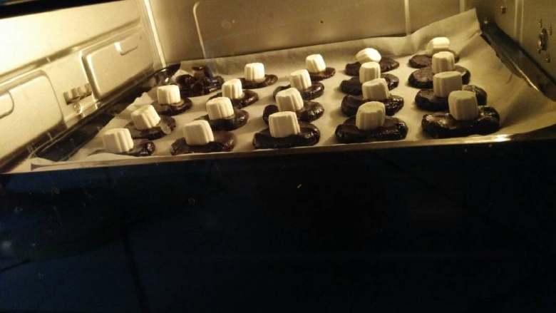 巧克力棉花糖饼干,进入烤箱。放入烤箱,上下火180度,等6到8分钟。