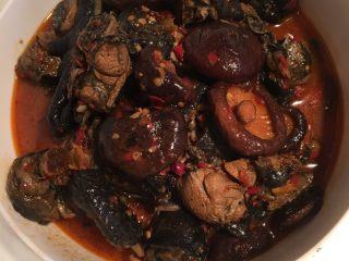红烧香菇鸡,小火大概四十分钟左右,可放入香菇,熟了即可装盘