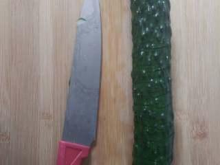 蓑衣黄瓜,刀成45度角切黄瓜,切成蓑衣刀(初学者可以将黄瓜两边放一双筷子这样切的时候就不用担心切段了)