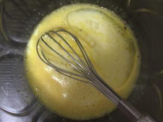 蔓越梅卷,再加入牛奶和色拉油