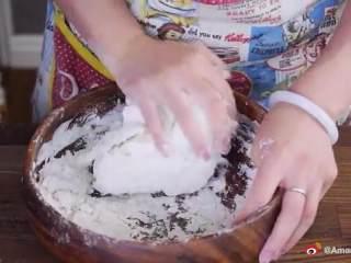 鲜肉包子,把酵母水边倒入面粉边搅拌,用手捏成面团