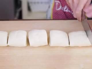 鲜肉包子,把另一半搓成长条,切成6份