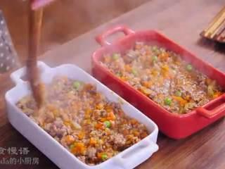 牧羊人派,肉酱中加入豌豆拌匀,放入两个烤盘中抹平