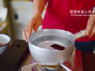 厚蛋烧,昆布放入清水里煮,但不要煮沸