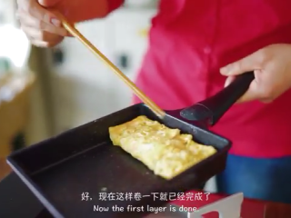 厚蛋烧,待蛋液差不多凝固,将其折起来