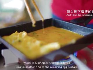 厚蛋烧,锅擦油,倒入剩下蛋液的1/3,移动锅,使正在煎的部分受热