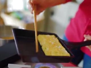 厚蛋烧,待蛋液半凝固,继续翻到一块