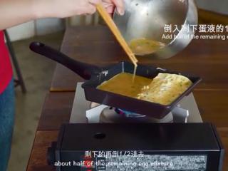 厚蛋烧,锅底抹油,继续倒入剩下蛋液的1/2,同样的方法完成其余的蛋液
