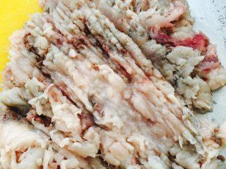 鲅鱼饺子,片好的鱼肉开始用刀剁成鱼泥