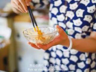 天妇罗,把牛蒡四和胡萝卜丝混合,加面粉混合,浇一勺面糊拌匀,下锅炸定型