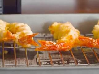 天妇罗,大虾沾上面粉,在面糊中炸一下,放入油锅中炸2分钟,捞出沥油