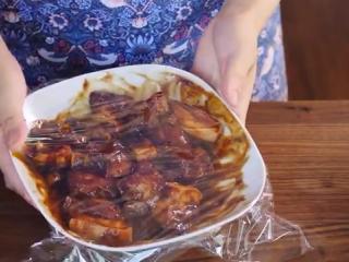 鲜肉粽子,把五花肉切成厚片,倒入一大勺生抽、蚝油、姜泥、老抽、五香粉、料酒、腐乳,混合均匀后,盖上保鲜膜,放入冰箱冷藏至少3个小时,最好隔夜