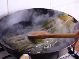鲜肉粽子,泡过的粽叶开水泡半分钟