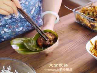 鲜肉粽子,倒入糯米、栗子、配菜、五花肉,最后在表面再放一勺糯米
