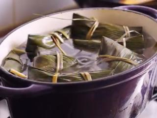 鲜肉粽子,接着下锅小火煮粽子就可以了