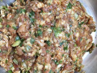 肉肉的大懒龙-肉卷,加入葱姜末,继续一个方向搅匀,这个时候肉馅就已经很香的啦!你也可以根据自己的口味来加料。