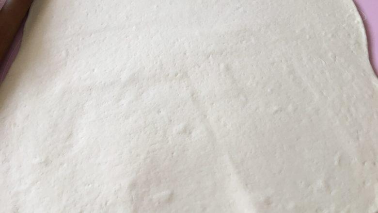肉肉的大懒龙-肉卷,将醒发好的面团分成两块,取其中一块擀成长方形的面片。