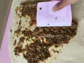 肉肉的大懒龙-肉卷,将调好的肉馅分出一半,到在面片上,用刮板刮匀。