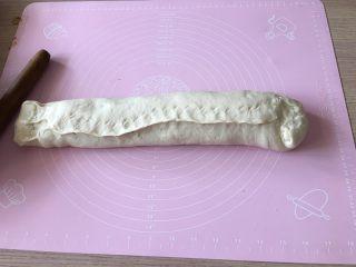 肉肉的大懒龙-肉卷,将收口捏紧,尤其是两端,可以往回折一下再捏紧。