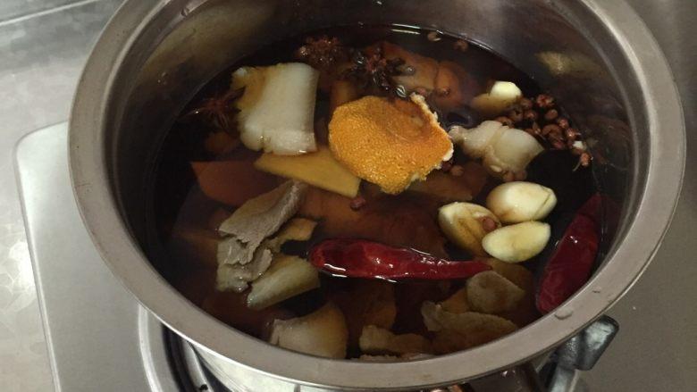 肉夹馍,加入开水没过猪肉,尽量一次加够,因为煮的时间比较长
