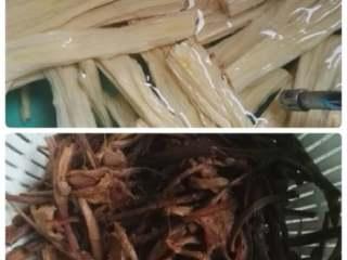 茶树菇炒豆笋,豆笋冷水泡发,干茶树菇泡半小时左右,撕成细条。