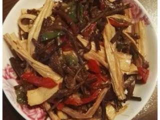 茶树菇炒豆笋,好了,出锅,女儿喜欢吃。😁