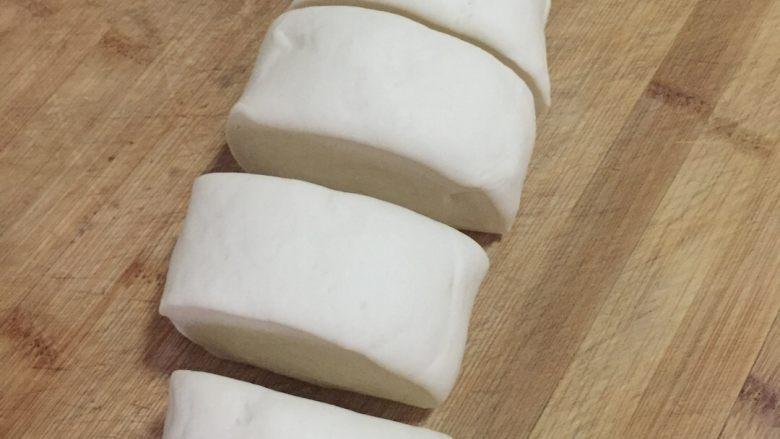 肉夹馍,把发好的面团反复揉搓至表面光滑,然后搓成长条,用刀切成大小适中的剂子,如果你喜欢饼大一点就可以切大一点