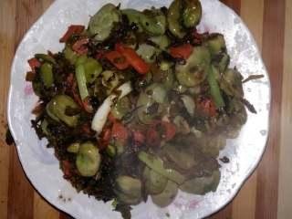 蚕豆雪里蕻,关火,出锅前加味精,小葱,装盘。