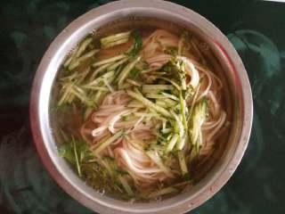 阳春面,放入姜末炒香,倒入味达美,添加适量的开水。