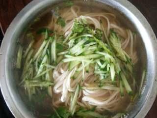 阳春面,另用一个锅添加开水烧开后下入面条,煮至8成熟后捞入提前煮好的汤中浸泡少许。盛入碗中后放点香油即可食用了。
