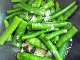 虎皮青椒,青椒入锅,加入适量盐