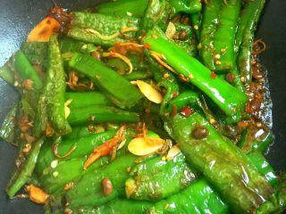 虎皮青椒,加入少许青水,起锅前加入少许味精即可