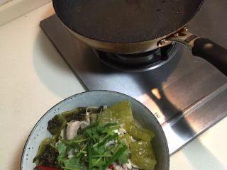 酸菜魚,煮開後把上盤加上熟油倒在表面